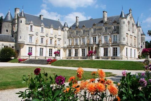 Le Château de Terre Neuve à Fontenay-le-Comte dans le Marais poitevin où résida Georges Simenon, le père du commissaire Maigret