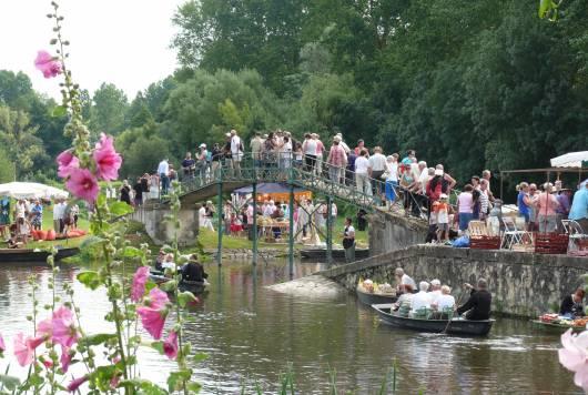 Le marché sur l'eau, animation unique dans le Marais poitevin tous les ans fin juillet au port du Vanneau