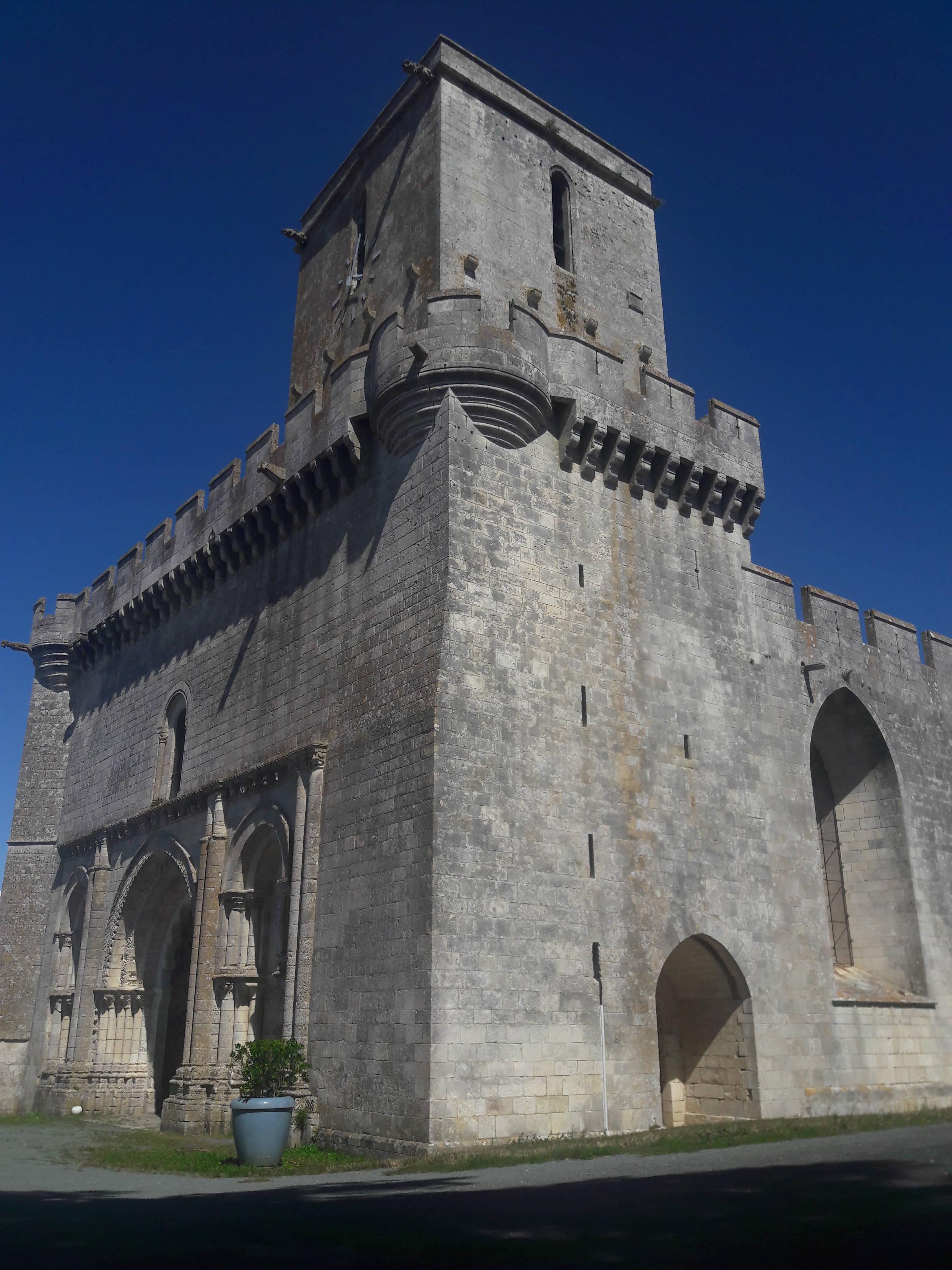 Eglise fortifiée d'Esnandes dans le Parc naturel régional du marais poitevin