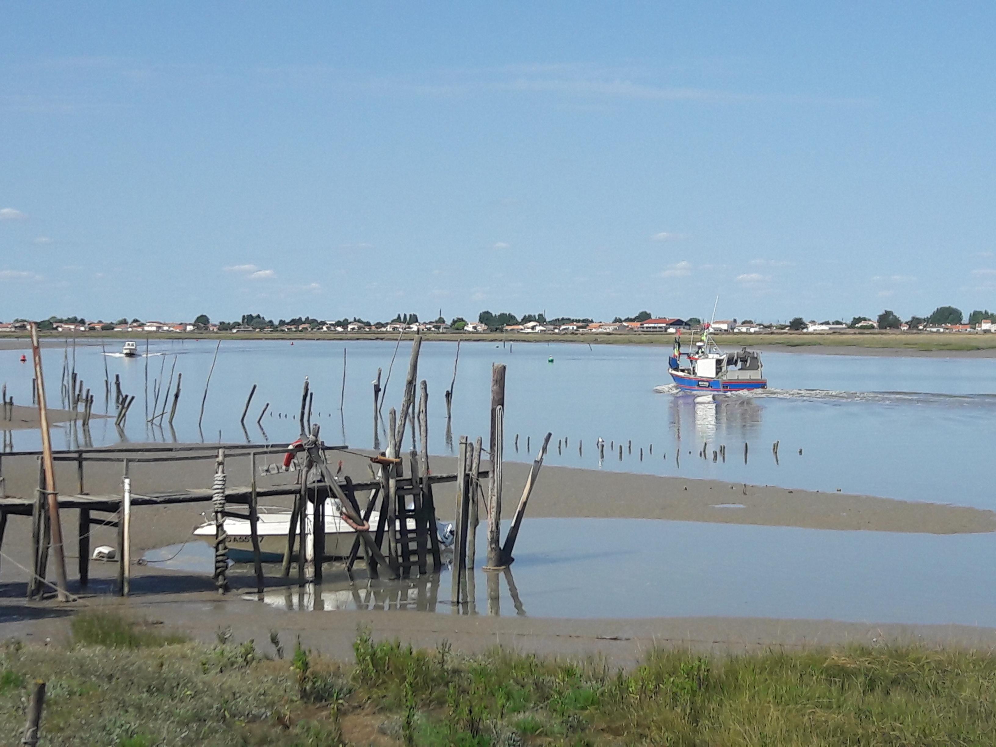 Bateau de pêche en partance à La Faute sur Mer.