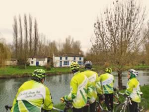 Cyclistes faisant une pause devant la maison aux volets bleus