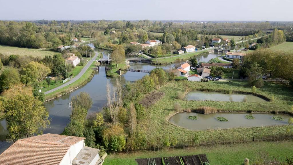 Vue aérienne de Bazoin, nœud hydraulique dans le Marais poitevin