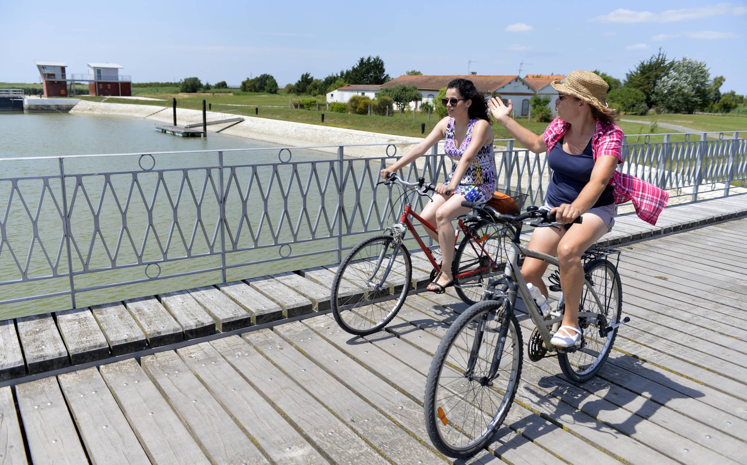 Balade à vélo sur la Vélodyssée au niveau des écluses du Brault à Marans.