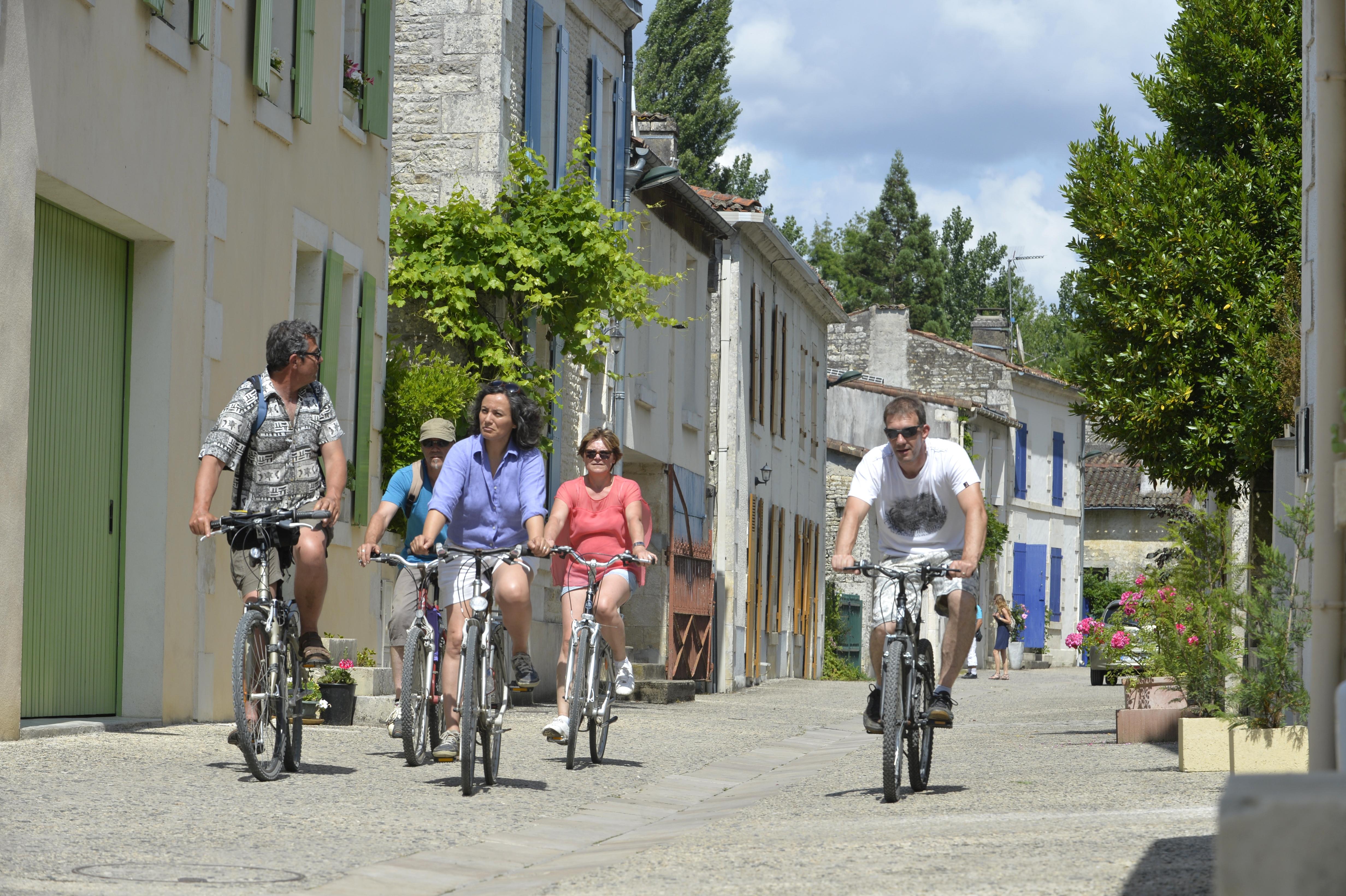 Traversée en vélo du village rue de La Garette à Sansais dans le parc naturel régional du marais poitevin