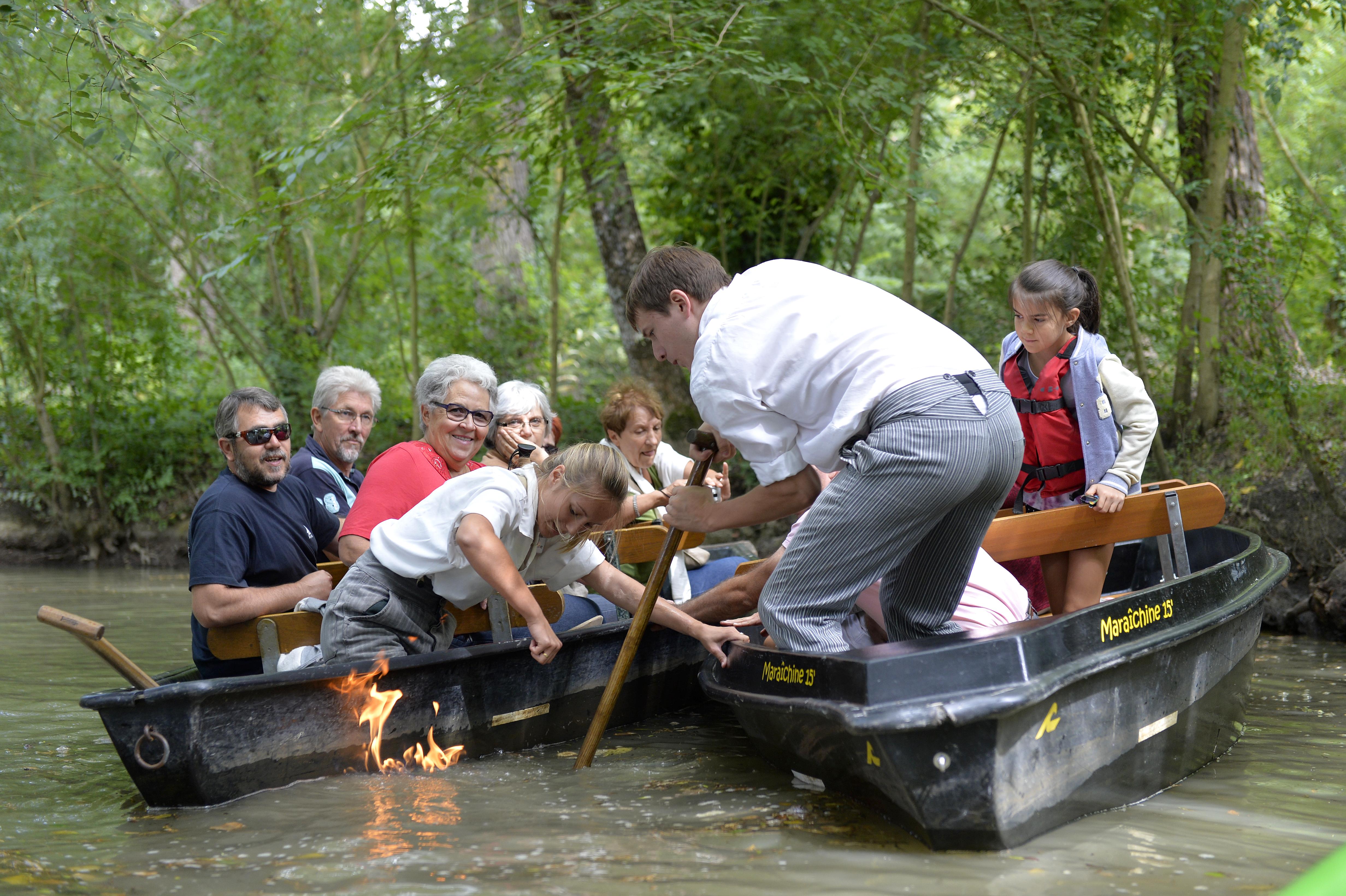 Feu sur l'eau dans le Marais poitevin