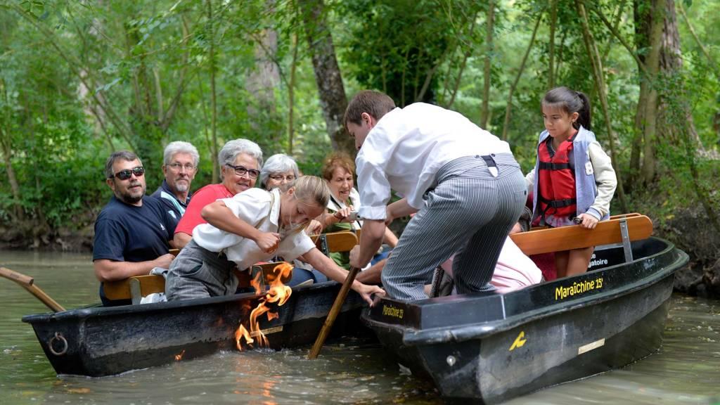 Promenande en barque avec guide dans le Marais poitevin