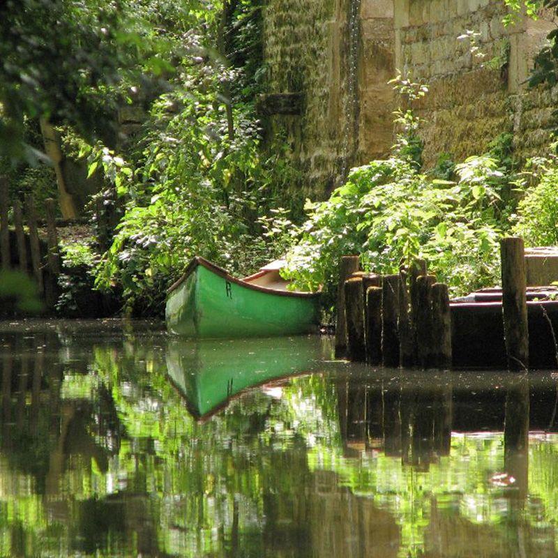 Canoë amarré dans un village du Marais poitevin