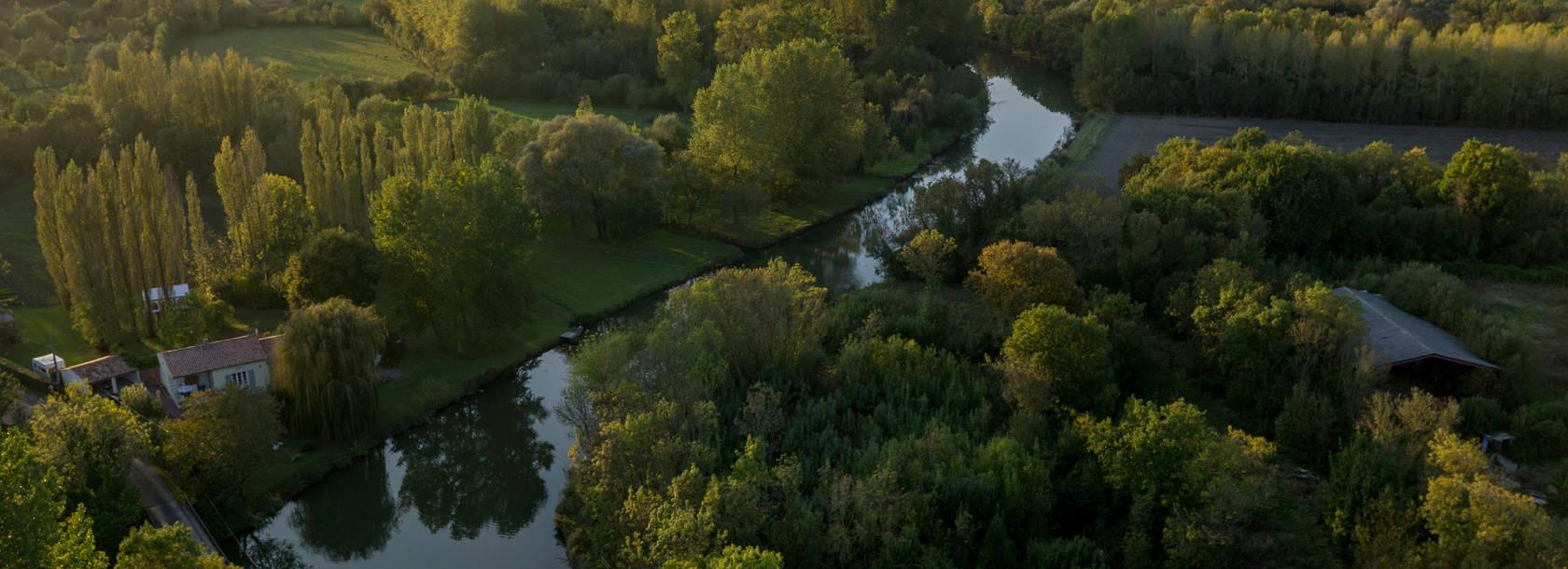 Vue aérienne de la Sèvre niortaise au coeur du marais mouillé dans le Marais poitevin