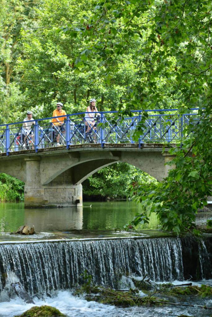 Cyclistes sur une passerelle à Niort dans le  Marais poitevin