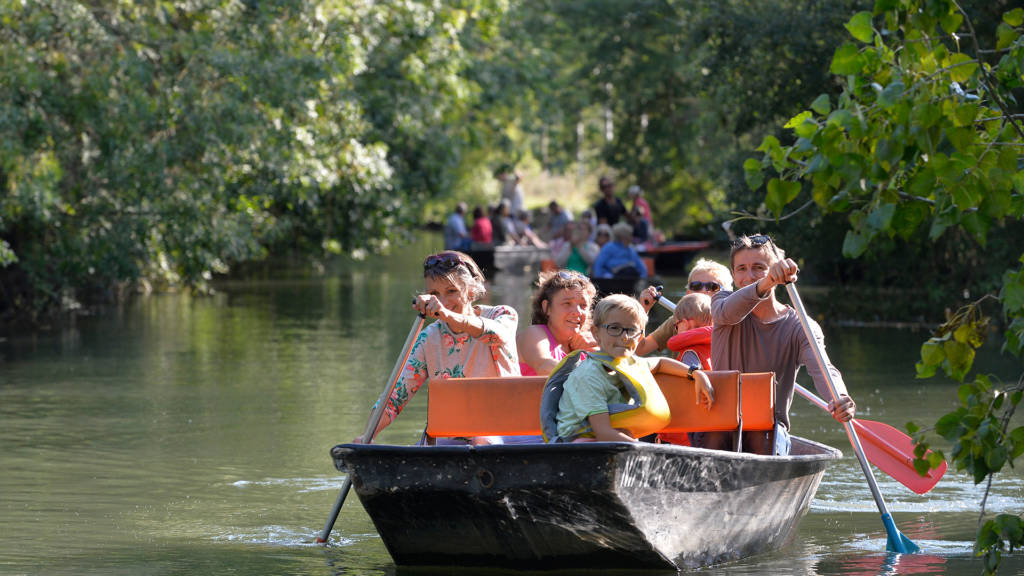 Promenade en barque en famille dans le Marais poitevin