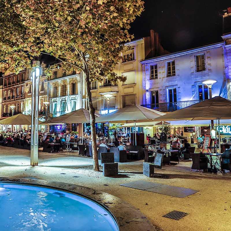 Terrasses des restaurants en bas de la place de la Brèche à Niort, commune du Parc naturel régional du Marais poitevin
