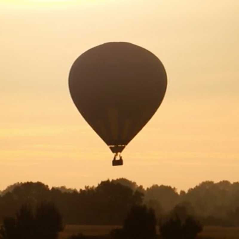 Montgolfière montant dans le ciel du Marais poitevin