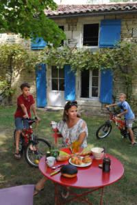 Famille en vacances dans un gîte dans le Marais poitevin