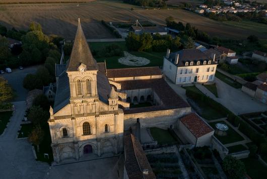Abbaye de Nieul-sur-l'Autise vue du ciel, site de visite du Marais poitevin