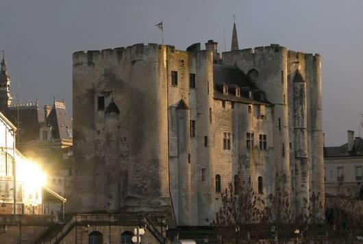Le donjon médiéval de Niort dans le Marais poitevin - L'un des donjons jumeaux les plus beaux de France