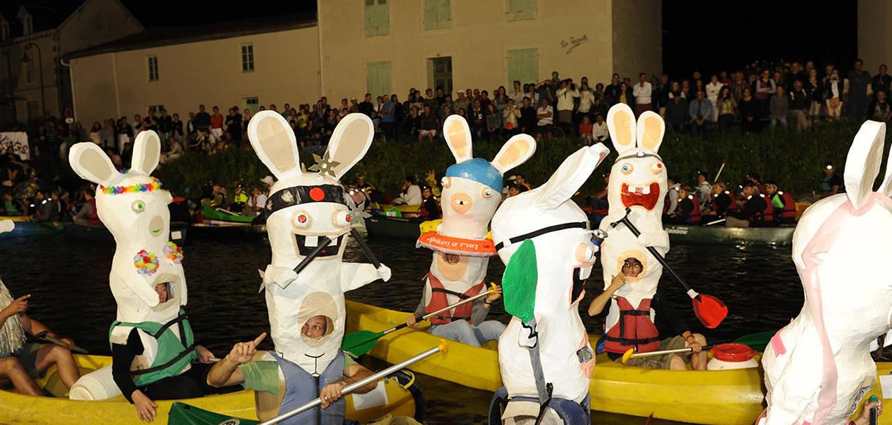 Présentation des déguisements des concurrents du Rallye du Marais, rally en canoë au départ de Coulon dans le Marais poitevin
