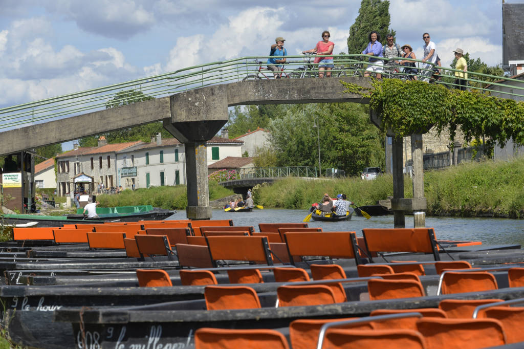 Departure of the bike ride on the circuit 9 from the footbridge in the center of the village of Coulon