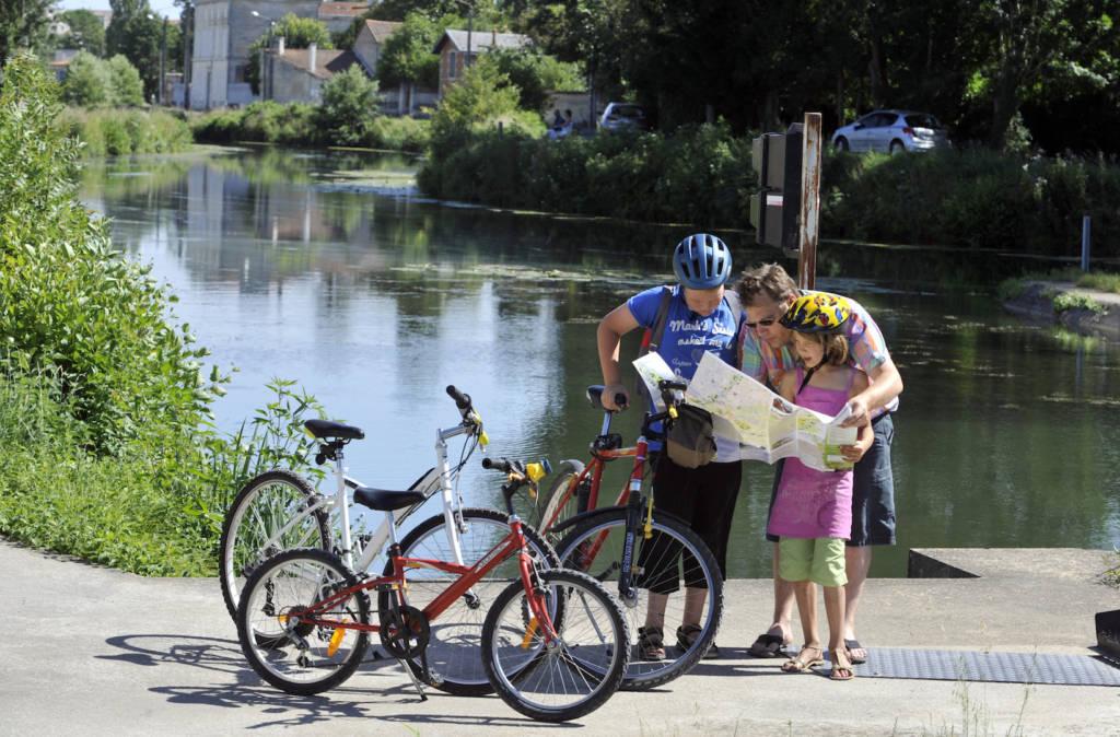 Famille en randonnée vélo dans le Marais poitevin