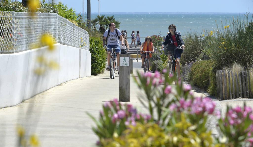 Touristes à vélo revenant de la plage