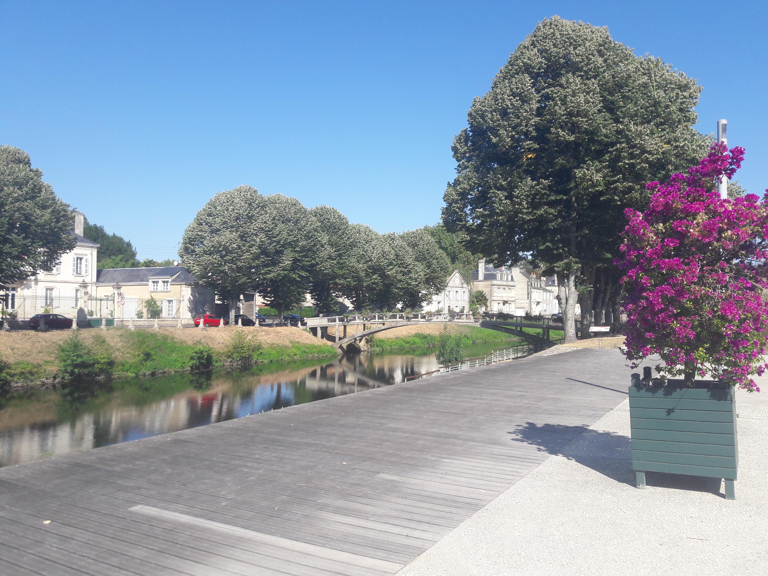 Balade dans le centre de Fontenay-le-Comte le long de la rivière Vendée.