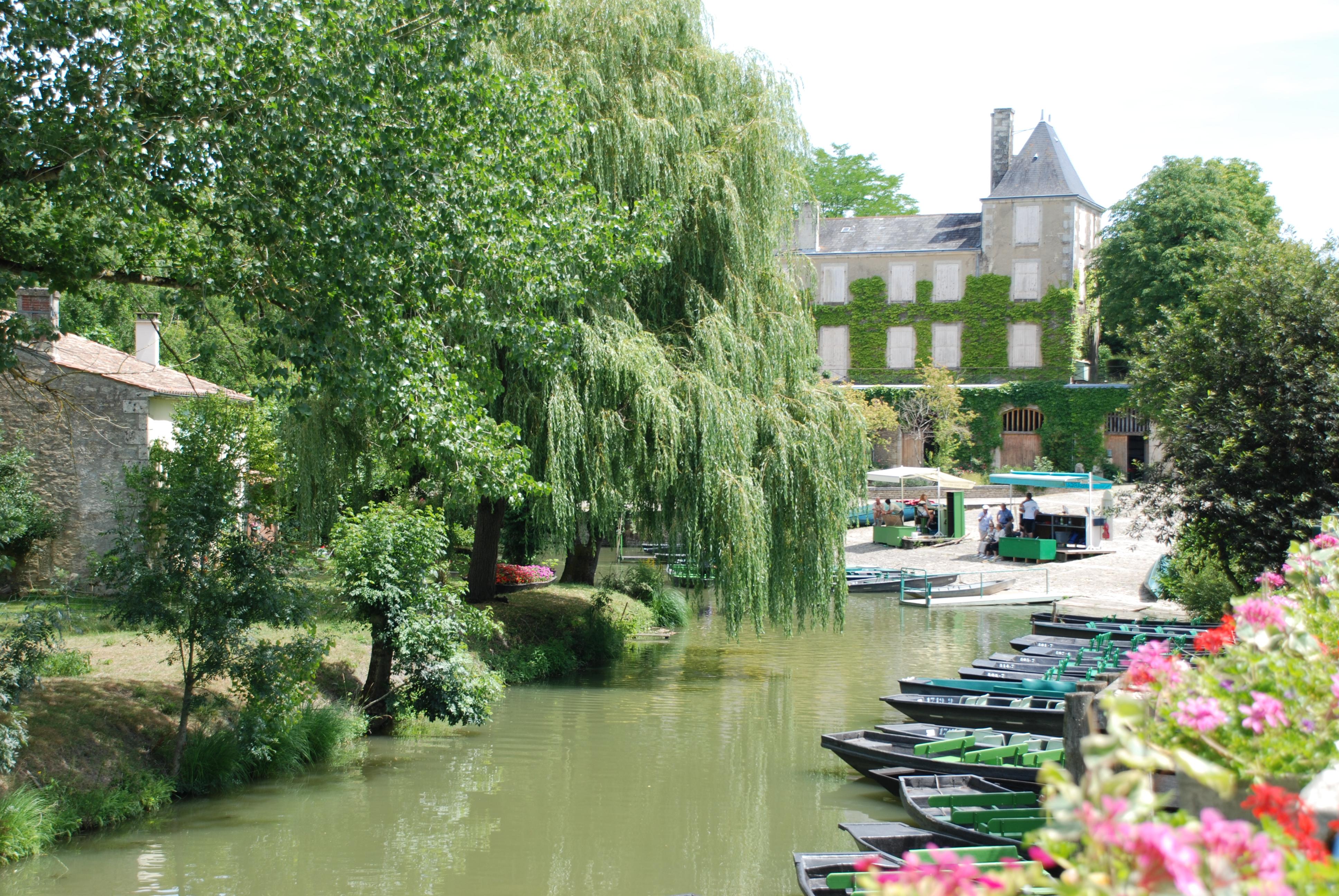Port d'Arçais avec le logis du XIXème siècle et les embarcadères, village du parc naturel régional du Marais poitevin.