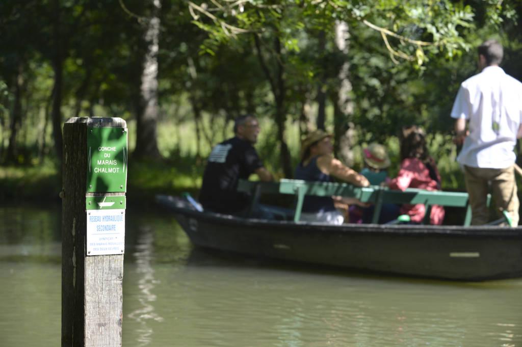 Balise pour se repérer lors d'une promenade en barque dans le Marais poitevin