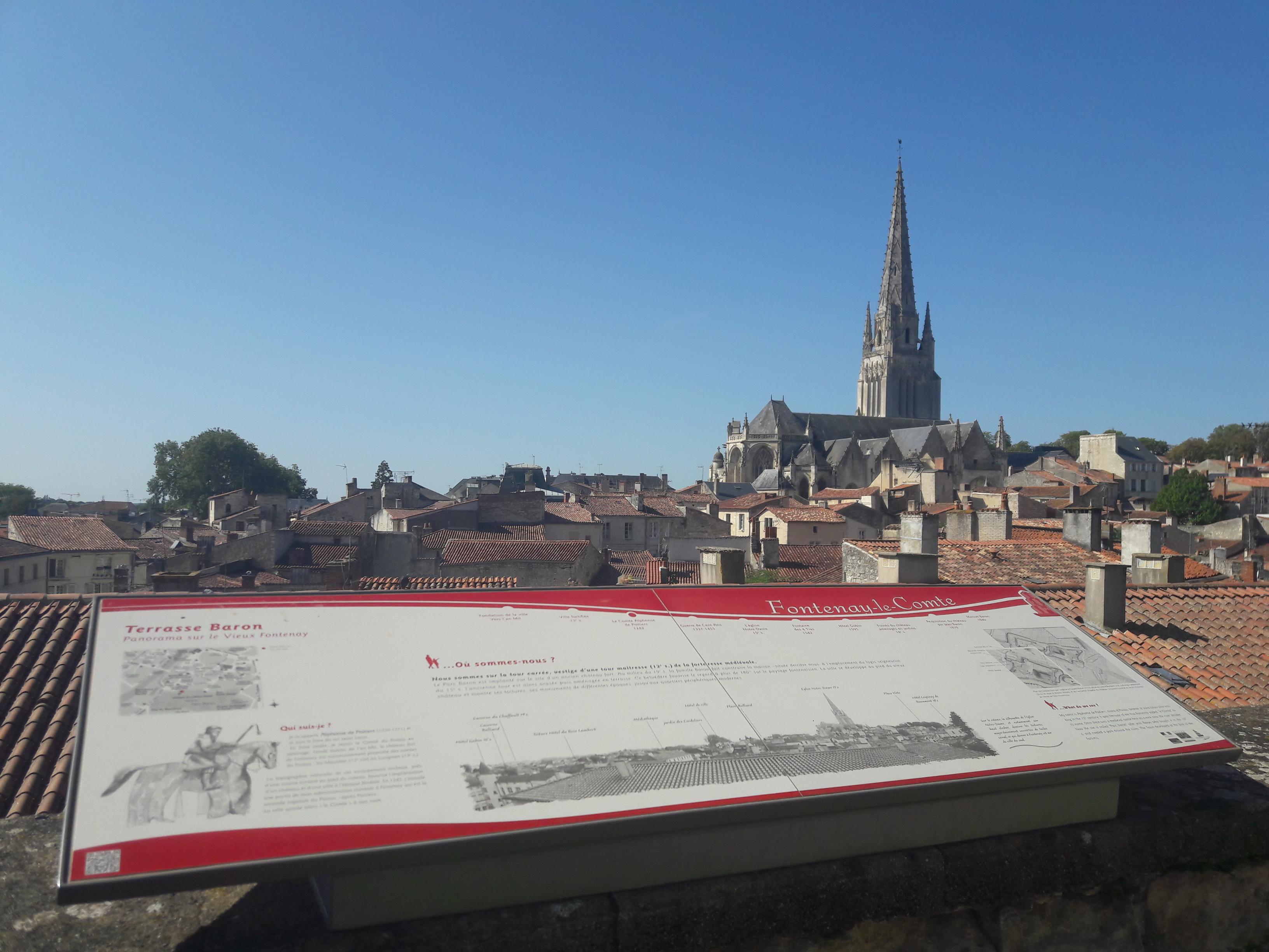 Les monuments et toitures de la ville de Fontenay-le-Comte lors d'une balade dans le coeur de ville.