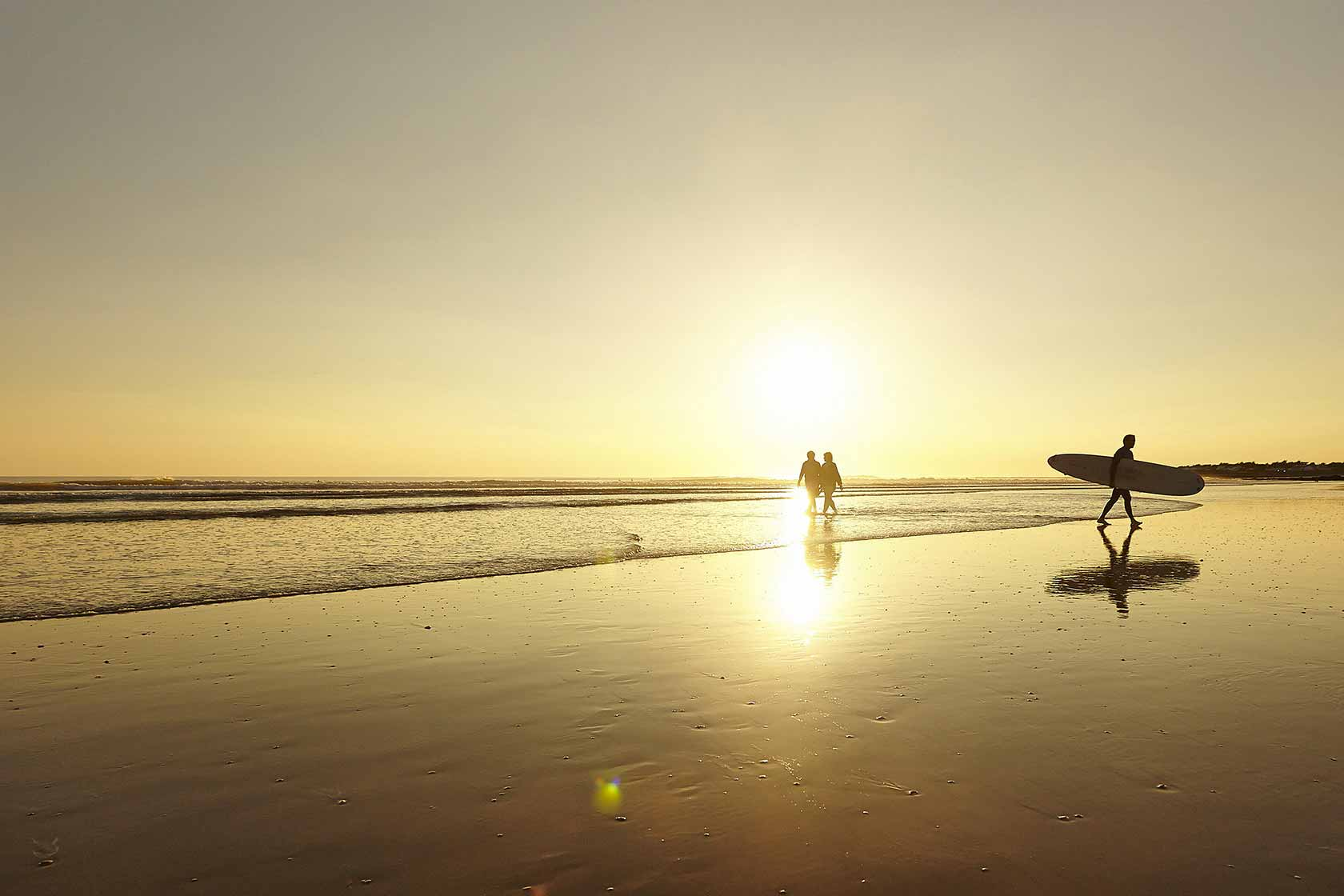 Véliplanchiste et randonneurs sur les plages du Marais poitevin au soleil couchant