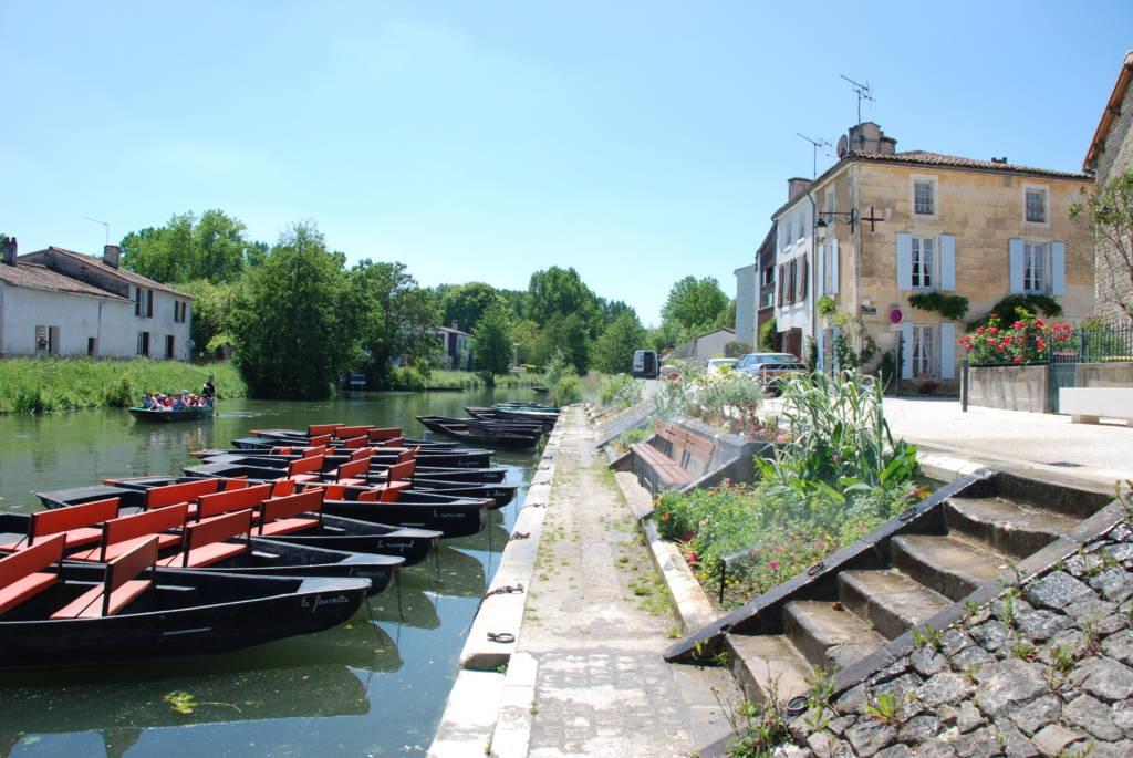 Les quais avec les barques dans le village de Coulon, commune du Parc naturel régional du Marais poitevin